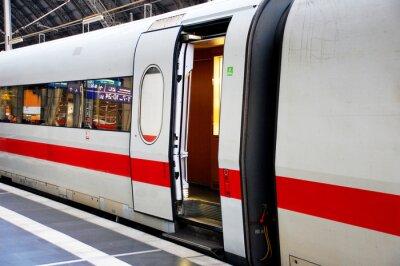 Наклейка Zug im Bahnhof mit offener Tür